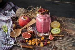 Smoothie frais sur la table en bois dans la tasse Image stock