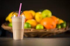 Smoothie fresco del yogur del plátano con las frutas Foto de archivo