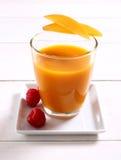 Smoothie fruité de mangue avec la framboise photographie stock libre de droits
