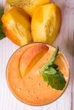 Smoothie i ett exponeringsglas och nya frukter och bär Fotografering för Bildbyråer
