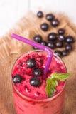Smoothie i ett exponeringsglas och nya frukter och bär Arkivbilder