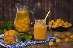 Smoothie jaune de prune dans le verre, la limonade, la confiture et la prune jaune mûre sur la table en bois Bio nourriture et bo Images libres de droits
