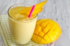 Smoothie jaune de yaourt de mangue pour le petit déjeuner sain Images libres de droits