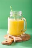 Smoothie jaune sain avec la banane d'ananas de mangue dans le pot de maçon Photos libres de droits