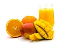 Smoothie mangue-orange de fruit d'isolement sur le blanc Photographie stock