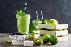 Smoothie med det ny grön äpplet, kiwin och limefrukt Uppfriskande beverag för sommarvitamin royaltyfri bild