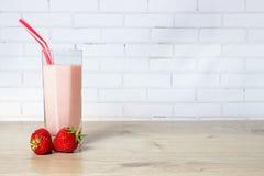 Smoothie met aardbeien en melk Royalty-vrije Stock Afbeeldingen