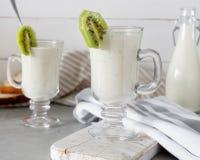 Smoothie mezclado fresco de la proteína del kiwi con el yogur o la leche en el tarro de cristal, consumición sana fotografía de archivo libre de regalías
