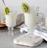 Smoothie mezclado fresco de la proteína del kiwi con el yogur o la leche en el tarro de cristal, consumición sana imagenes de archivo