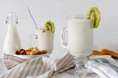 Smoothie mezclado fresco de la proteína del kiwi con el yogur o la leche en el tarro de cristal, consumición sana imágenes de archivo libres de regalías