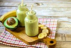 Smoothie mezclado fresco del plátano y del aguacate fotos de archivo