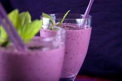 Smoothie mit Erdbeere, Minze und Brombeere Stockfoto