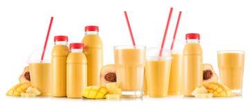 Smoothie Multifruit в много видов стекел и бутылок Стоковые Фотографии RF