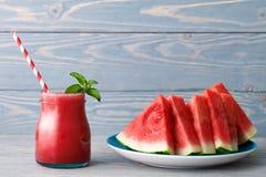 Smoothie och en platta av vattenmelonstycken arkivfoto