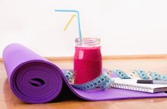Smoothie och mätaband på matt yoga Royaltyfri Fotografi
