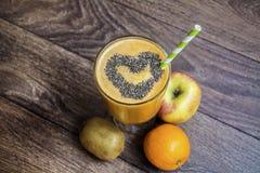 Smoothie orange avec le kiwi de pomme Concept sain de durée Photo stock