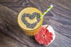 Smoothie orange avec le kiwi de pomme Concept sain de durée Images libres de droits