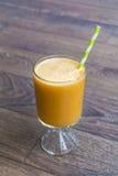 Smoothie orange avec le kiwi de pomme Concept sain de durée Photo libre de droits