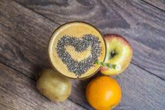 Smoothie orange avec le kiwi de pomme Concept sain de durée Photographie stock libre de droits