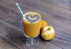 Smoothie orange avec le kiwi de pomme Concept sain de durée Image stock