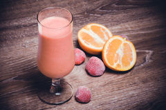 Smoothie orange de fraise en verre photo stock