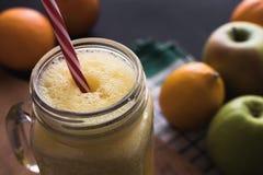 Smoothie, oranges et préparation mélangés de citron Fruit à l'arrière-plan Photo stock