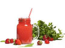 Smoothie ou milkshake de fraise dans un pot sur le fond blanc Photo libre de droits