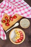 Smoothie puchar dekorował z bananem, truskawkami i chia ziarnami na drewnianym stole, Odgórny widok Obraz Royalty Free