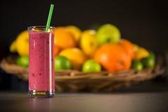 Smoothie rojo fresco con las frutas Imagen de archivo