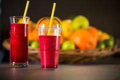 Smoothie rojo fresco con las frutas Imagenes de archivo