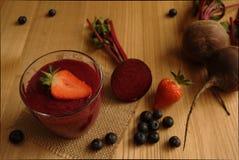 Smoothie rojo/púrpura brillante hecho con las bayas y la remolacha/remolachas imagen de archivo libre de regalías