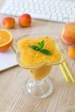 Smoothie sain de fruit de boissons de pêche, abricot, orange dans le lieu de travail Photos libres de droits