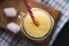Smoothie sain La banane, l'avoine, les graines de Chia et le miel se mélangent Bananes à l'arrière-plan, vue supérieure Photo libre de droits