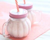Smoothie sano de la fresa en un albañil una taza del tarro Imagen de archivo