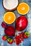 Smoothie sano de la fruta del desayuno con los superfoods Smoothie de la baya del goji del mango con las semillas del chia Imagen de archivo