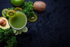 Smoothie sano del jugo Verdura verde orgánica y fresca para la pérdida del detox, de la dieta y de peso foto de archivo libre de regalías