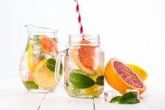Smoothie sano hecho en casa con las frutas frescas y el hielo en tarro Fotografía de archivo libre de regalías
