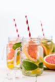 Smoothie sano hecho en casa con las frutas frescas y el hielo en tarro Imagen de archivo