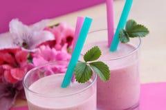 Smoothie saudável da morango Milk shake fresco preparado como o cocktail frutado do leite Fotografia de Stock Royalty Free