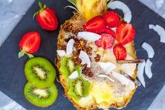 Smoothie tropical avec le muesli en ananas Photographie stock
