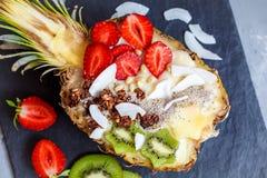 Smoothie tropical avec le muesli en ananas Photos libres de droits