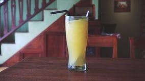 Smoothie tropical dans un verre avec la mangue et la banane clips vidéos