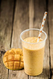 Smoothie tropical de mangue avec le fruit frais Images libres de droits