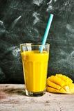 Smoothie tropical delicioso del mango Imagenes de archivo
