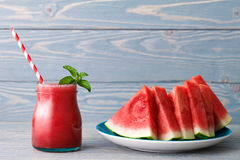 Smoothie und eine Platte von Wassermelonenstücken stockfoto