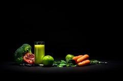 Smoothie végétal sur le noir Images stock