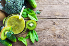 Smoothie végétal vert Photographie stock libre de droits