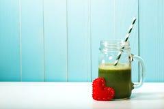 Smoothie végétal vert fait avec amour Photographie stock