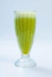 Smoothie végétal vert sur le backgroun blanc Smoothies de céleri photo stock