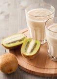 Smoothie van kiwi en banaan wordt gemaakt die royalty-vrije stock afbeelding